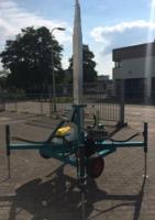 Hydraulisch bediende telescopische mast met steunpoten